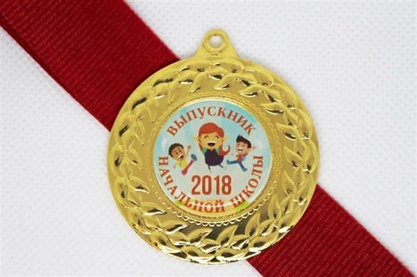 Медаль выпускника начальной школы с красной лентой