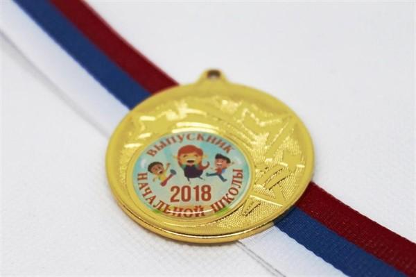 Медаль выпускника начальной школы с лентой триколор